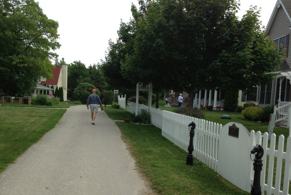 On a walk the other day, we cut through the Trillium Heights neighborhood, which is about three hills further up Cadotte than we are. I really like this area though - lovely homes and nice folks living in them!